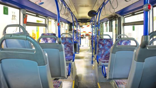 Blick in einen leeren Bus