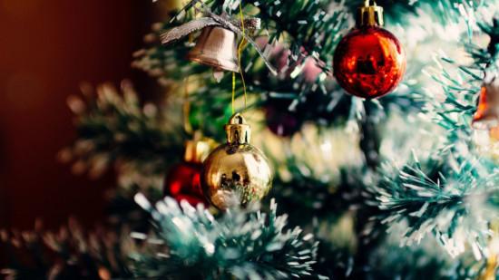 Bild: Weihnachtskugeln an Tannenzweigen